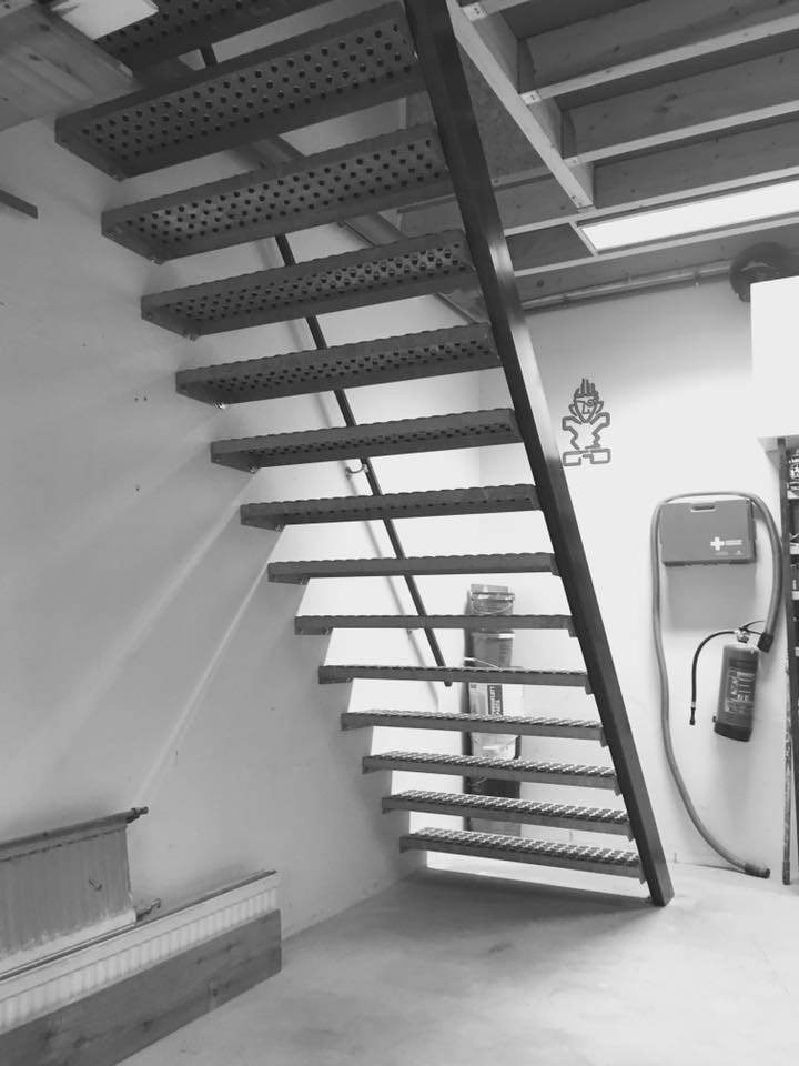 Plaatsen vaste trap in werkplaats