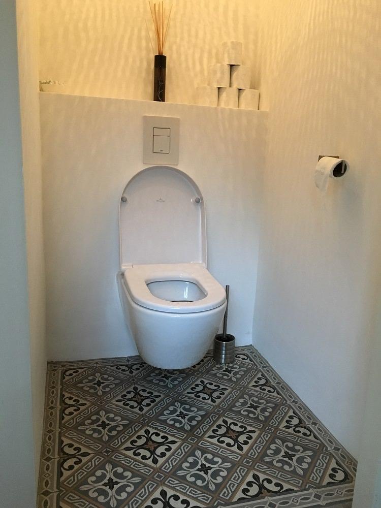 WC met Portugese cementtegels en Villeroy Subway toiletpot